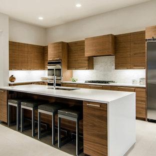 Foto di una cucina minimalista con paraspruzzi con piastrelle a listelli e elettrodomestici in acciaio inossidabile