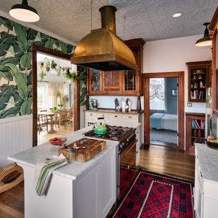 サンフランシスコのヴィクトリアン調のおしゃれな独立型キッチン (シェーカースタイル扉のキャビネット、白いキャビネット、濃色無垢フローリング) の写真