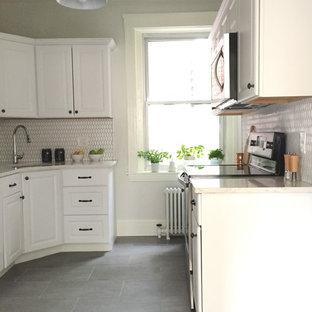 Стильный дизайн: отдельная, параллельная кухня среднего размера в стиле современная классика с накладной раковиной, фасадами в стиле шейкер, белыми фасадами, столешницей из кварцевого агломерата, белым фартуком, фартуком из плитки мозаики, техникой из нержавеющей стали, полом из сланца и серым полом без острова - последний тренд