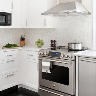 Klassische Küche mit Schrankfronten mit vertiefter Füllung, weißen Schränken, Küchenrückwand in Weiß, Küchengeräten aus Edelstahl, schwarzem Boden und Rückwand aus Marmor in Boston