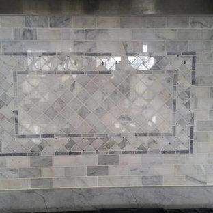 ボストンのヴィクトリアン調のおしゃれなキッチン (フラットパネル扉のキャビネット、白いキャビネット、白いキッチンパネル、モザイクタイルのキッチンパネル) の写真