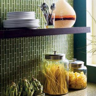 Immagine di una cucina minimal con top in granito, paraspruzzi verde, paraspruzzi con piastrelle a listelli e elettrodomestici in acciaio inossidabile