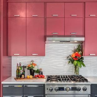 Exempel på ett avskilt, mellanstort modernt kök, med en undermonterad diskho, släta luckor, röda skåp, bänkskiva i kvarts, vitt stänkskydd, stänkskydd i keramik, rostfria vitvaror, klinkergolv i porslin och en köksö