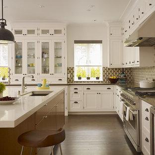Cette photo montre une cuisine chic avec un placard à porte affleurante, un électroménager en acier inoxydable, un évier encastré, des portes de placard blanches, un plan de travail en quartz modifié et une crédence multicolore.