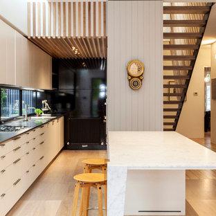 Zweizeilige Moderne Küche mit flächenbündigen Schrankfronten, weißen Schränken, Edelstahl-Arbeitsplatte, Sperrholzboden und Kücheninsel in Melbourne