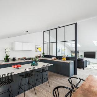 Идея дизайна: серо-белая угловая кухня в современном стиле с светлым паркетным полом, врезной раковиной, плоскими фасадами, серыми фасадами и островом