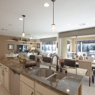 ラスベガスの大きいエクレクティックスタイルのおしゃれなキッチン (ダブルシンク、落し込みパネル扉のキャビネット、淡色木目調キャビネット、大理石カウンター、マルチカラーのキッチンパネル、ボーダータイルのキッチンパネル、シルバーの調理設備の、淡色無垢フローリング) の写真