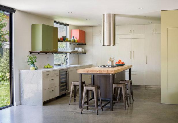 Современный Кухня by Oonagh Ryan Architects Inc