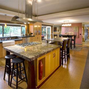 ポートランドのアジアンスタイルのおしゃれなダイニングキッチン (エプロンフロントシンク、御影石カウンター、フラットパネル扉のキャビネット、淡色木目調キャビネット、マルチカラーのキッチンパネル、モザイクタイルのキッチンパネル) の写真