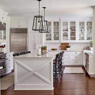 Immagine di una cucina a L country con ante in stile shaker, ante bianche, paraspruzzi bianco, paraspruzzi con piastrelle diamantate, elettrodomestici in acciaio inossidabile, parquet scuro, isola e pavimento marrone