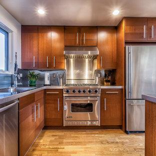 Idéer för mellanstora vintage kök, med en undermonterad diskho, släta luckor, skåp i mörkt trä, kaklad bänkskiva, stänkskydd med metallisk yta, stänkskydd i metallkakel, rostfria vitvaror, mellanmörkt trägolv och en köksö