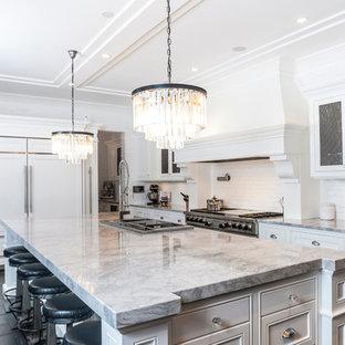 Inspiration för ett vintage kök, med luckor med infälld panel, vita skåp, vitt stänkskydd och integrerade vitvaror