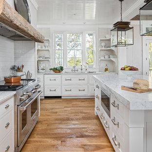 Idéer för att renovera ett rustikt vit vitt kök, med en undermonterad diskho, skåp i shakerstil, vita skåp, vitt stänkskydd, stänkskydd i tunnelbanekakel, rostfria vitvaror, en köksö och mellanmörkt trägolv