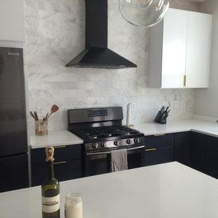 ボルチモアの中くらいのモダンスタイルのおしゃれなキッチン (アンダーカウンターシンク、フラットパネル扉のキャビネット、グレーのキャビネット、クオーツストーンカウンター、白いキッチンパネル、大理石のキッチンパネル、シルバーの調理設備、セラミックタイルの床) の写真