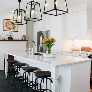 ボルチモアの中サイズのカントリー風おしゃれなキッチン (アンダーカウンターシンク、白いキャビネット、クオーツストーンカウンター、白いキッチンパネル、セラミックタイルのキッチンパネル、シルバーの調理設備の、セラミックタイルの床、黒い床) の写真