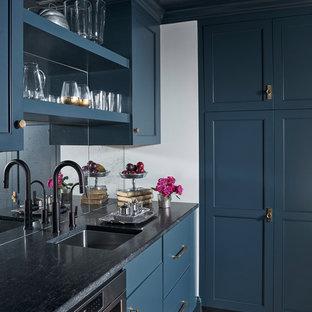 Idee per una cucina chic con lavello sottopiano, ante blu, paraspruzzi a specchio, pavimento in legno massello medio e top grigio