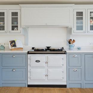 Inspiration för ett mellanstort lantligt kök och matrum, med skåp i shakerstil, blå skåp, bänkskiva i kvartsit och ljust trägolv