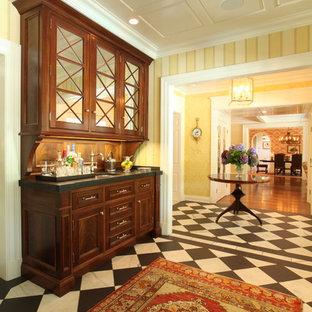 Inspiration för klassiska kök, med luckor med glaspanel och skåp i mörkt trä