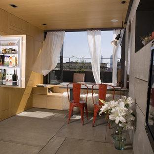 Foto de cocina comedor lineal, contemporánea, con armarios con paneles lisos, puertas de armario de madera clara y electrodomésticos con paneles