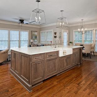 Inspiration för ett stort vintage vit vitt kök och matrum, med en rustik diskho, luckor med infälld panel, vita skåp, bänkskiva i kvarts, beige stänkskydd, stänkskydd i keramik, rostfria vitvaror, mellanmörkt trägolv, en köksö och brunt golv