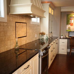 Неиссякаемый источник вдохновения для домашнего уюта: большая параллельная кухня в классическом стиле с обеденным столом, двойной раковиной, фасадами с выступающей филенкой, бежевыми фасадами, гранитной столешницей, бежевым фартуком, фартуком из травертина, техникой из нержавеющей стали, пробковым полом, островом, коричневым полом и коричневой столешницей