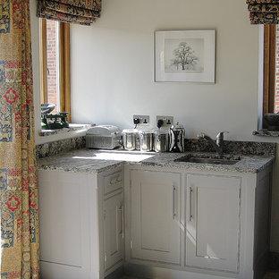 Idéer för stora vintage kök, med en undermonterad diskho, skåp i shakerstil, lila skåp, granitbänkskiva, grått stänkskydd, stänkskydd i stenkakel, rostfria vitvaror, klinkergolv i keramik och en köksö