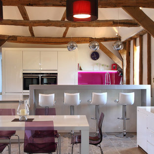 Ispirazione per una cucina contemporanea di medie dimensioni con ante lisce, ante bianche, paraspruzzi rosa e paraspruzzi con lastra di vetro