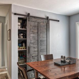 Exempel på ett mellanstort industriellt kök, med en undermonterad diskho, luckor med profilerade fronter, skåp i mellenmörkt trä, granitbänkskiva, grått stänkskydd, stänkskydd i skiffer, rostfria vitvaror, klinkergolv i keramik, en köksö och brunt golv