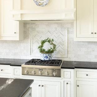 リトルロックの小さいトラディショナルスタイルのおしゃれなキッチン (シングルシンク、フラットパネル扉のキャビネット、白いキャビネット、ソープストーンカウンター、白いキッチンパネル、大理石の床、パネルと同色の調理設備、コンクリートの床、グレーの床、緑のキッチンカウンター) の写真