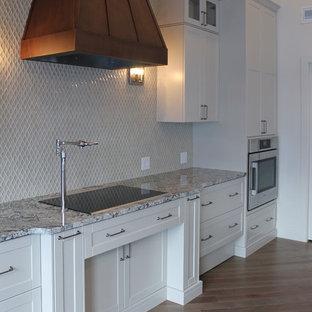 他の地域のカントリー風おしゃれなキッチン (エプロンフロントシンク、シェーカースタイル扉のキャビネット、白いキャビネット、御影石カウンター、ベージュキッチンパネル、モザイクタイルのキッチンパネル、シルバーの調理設備の、無垢フローリング) の写真