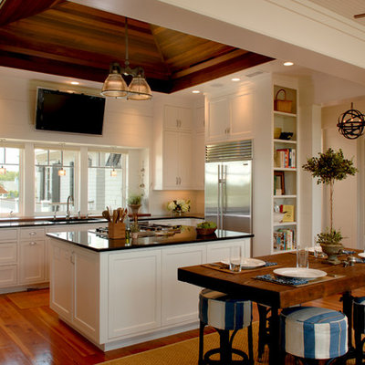 Island style u-shaped eat-in kitchen photo in Charleston with an undermount sink, shaker cabinets, white cabinets and stainless steel appliances