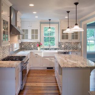 プロビデンスのカントリー風おしゃれなキッチン (エプロンフロントシンク、落し込みパネル扉のキャビネット、白いキャビネット、マルチカラーのキッチンパネル、シルバーの調理設備、大理石カウンター、ボーダータイルのキッチンパネル、無垢フローリング) の写真