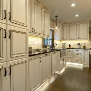 Foto på ett stort lantligt kök, med en rustik diskho, luckor med upphöjd panel, vita skåp, bänkskiva i onyx, stänkskydd i keramik, rostfria vitvaror, mellanmörkt trägolv, en köksö och vitt stänkskydd