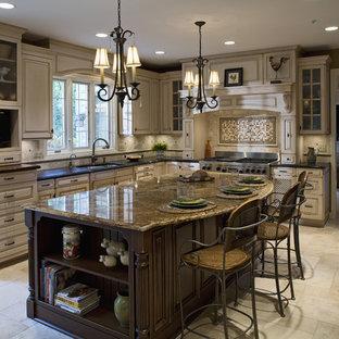 Idéer för vintage brunt kök, med luckor med glaspanel