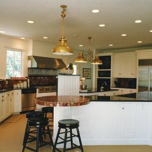 Inredning av ett eklektiskt stort kök, med vita skåp, rostfria vitvaror, skåp i shakerstil, bänkskiva i kvarts, rött stänkskydd, stänkskydd i keramik, heltäckningsmatta, flera köksöar och beiget golv