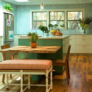 Inspiration för ett eklektiskt kök, med släta luckor, blå skåp och rostfria vitvaror