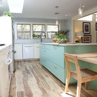 Idéer för ett medelhavsstil kök, med marmorbänkskiva, vita vitvaror, släta luckor och blå skåp