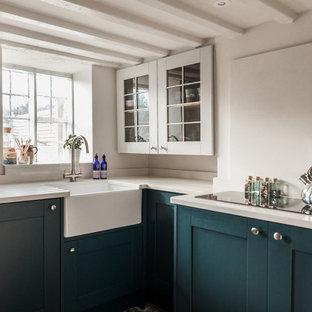 Esempio di una piccola cucina ad U nordica chiusa con lavello stile country, ante in stile shaker, ante blu, top in quarzite, paraspruzzi bianco, paraspruzzi in quarzo composito, elettrodomestici neri, pavimento in ardesia, nessuna isola, pavimento nero e top giallo