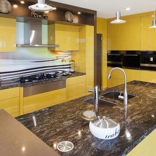Moderne Küche in L-Form mit Unterbauwaschbecken, flächenbündigen Schrankfronten, gelben Schränken, Granit-Arbeitsplatte, bunter Rückwand, Glasrückwand, Küchengeräten aus Edelstahl, zwei Kücheninseln und bunter Arbeitsplatte in Perth