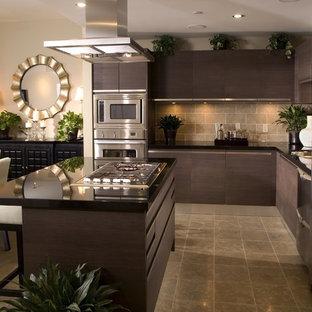 Источник вдохновения для домашнего уюта: угловая кухня среднего размера в стиле модернизм с обеденным столом, плоскими фасадами, темными деревянными фасадами, столешницей из акрилового камня, коричневым фартуком, фартуком из каменной плитки, техникой из нержавеющей стали, полом из керамической плитки и островом