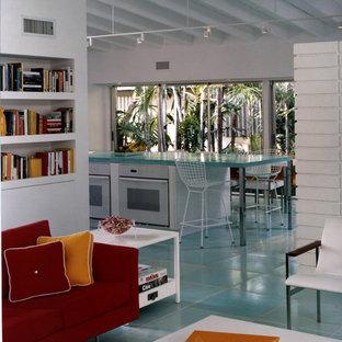 50 tals inredning av ett kök, med vita vitvaror och turkost golv