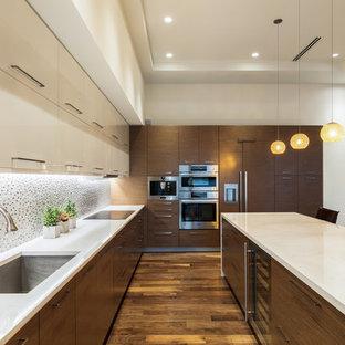 Offene, Große Moderne Küche in L-Form mit Unterbauwaschbecken, flächenbündigen Schrankfronten, hellbraunen Holzschränken, Quarzwerkstein-Arbeitsplatte, bunter Rückwand, Rückwand aus Mosaikfliesen, Küchengeräten aus Edelstahl, braunem Holzboden, Kücheninsel und braunem Boden in Tampa