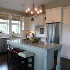 Traditional Kitchen by Terri Wills, Dip. Building Technology