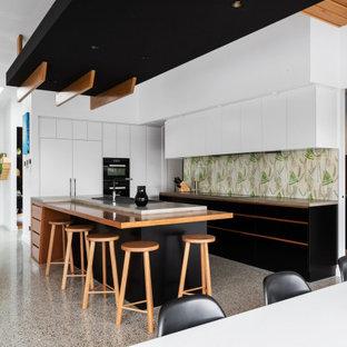 キャンベラのコンテンポラリースタイルのおしゃれなキッチン (フラットパネル扉のキャビネット、白いキャビネット、マルチカラーのキッチンパネル、黒い調理設備、マルチカラーの床、緑のキッチンカウンター) の写真