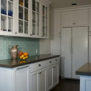 ロサンゼルスの中サイズのエクレクティックスタイルのおしゃれなキッチン (アンダーカウンターシンク、シェーカースタイル扉のキャビネット、白いキャビネット、クオーツストーンカウンター、緑のキッチンパネル、ガラスタイルのキッチンパネル、白い調理設備、磁器タイルの床、アイランドなし) の写真