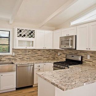 サンディエゴの小さいトランジショナルスタイルのおしゃれなキッチン (エプロンフロントシンク、シェーカースタイル扉のキャビネット、白いキャビネット、御影石カウンター、マルチカラーのキッチンパネル、ボーダータイルのキッチンパネル、シルバーの調理設備の、淡色無垢フローリング) の写真