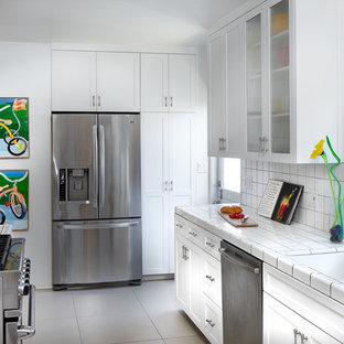 Ispirazione per una piccola cucina parallela chic chiusa con ante in stile shaker, ante bianche e top piastrellato