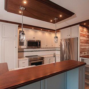 他の地域の小さいエクレクティックスタイルのおしゃれなキッチン (エプロンフロントシンク、インセット扉のキャビネット、ベージュのキャビネット、木材カウンター、白いキッチンパネル、セメントタイルのキッチンパネル、シルバーの調理設備、セラミックタイルの床、ベージュの床) の写真