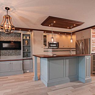 他の地域の中サイズのエクレクティックスタイルのおしゃれなキッチン (エプロンフロントシンク、インセット扉のキャビネット、ベージュのキャビネット、木材カウンター、白いキッチンパネル、セメントタイルのキッチンパネル、シルバーの調理設備、セラミックタイルの床、ベージュの床) の写真