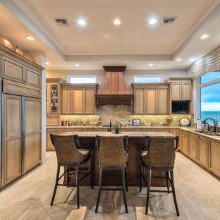 Aménagement d'une cuisine exotique en L avec un évier 2 bacs, un placard à porte affleurante, des portes de placard marrons, une crédence marron, un électroménager en acier inoxydable et un îlot central.